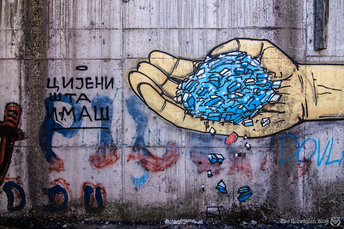 Graffiti in the House of Revolution: 'Цијени шта имаш' / 'Appreciate what you have.'
