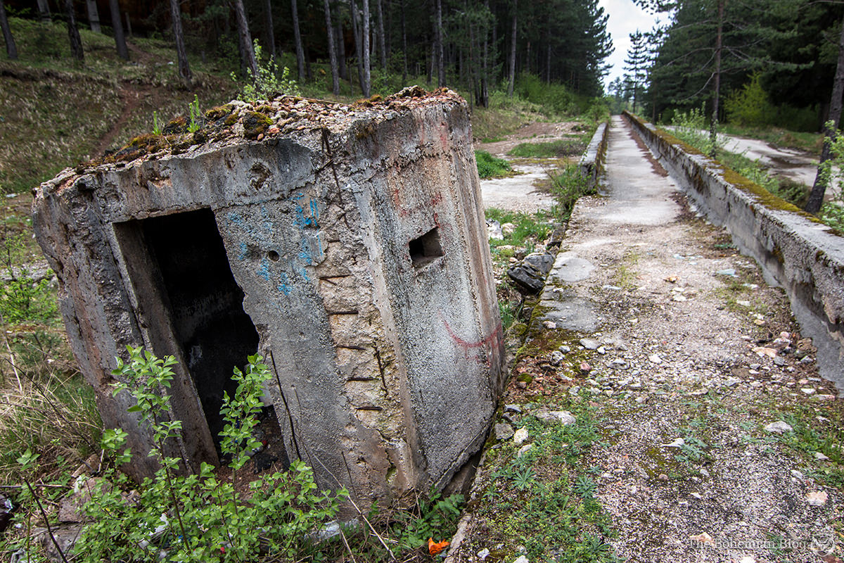 Concrete bunkers arranged along the bobsleigh track were used as firing positions.