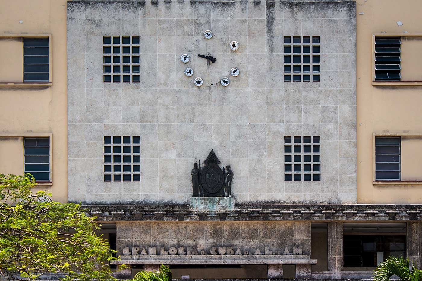 Gran Logia de Cuba: Above the Masonic crest, the 12 hours are marked with zodiac signs.