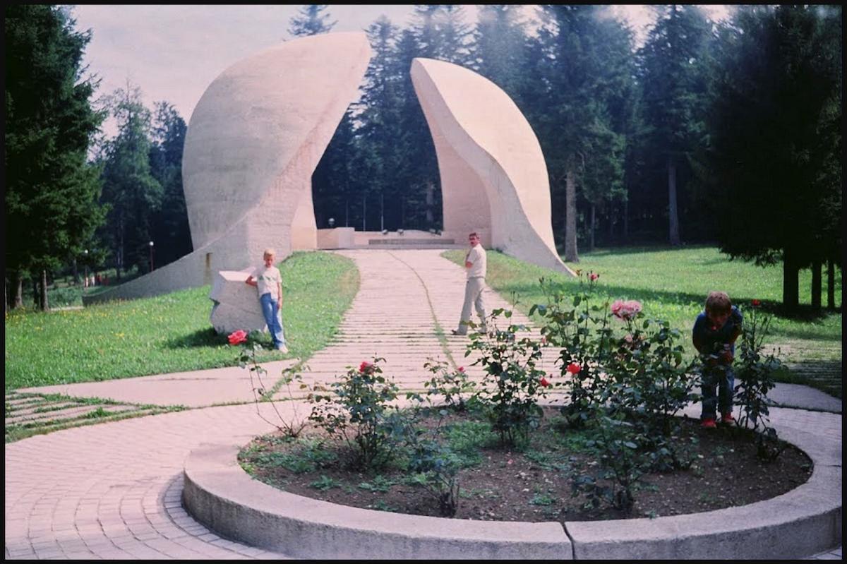 """Korčanica Memorial Park at Grmeč, Bosnia & Herzegovina (Ljubomir Denković, 1979). Image via  <a href=""""http://www.spomenikdatabase.org/grmec"""