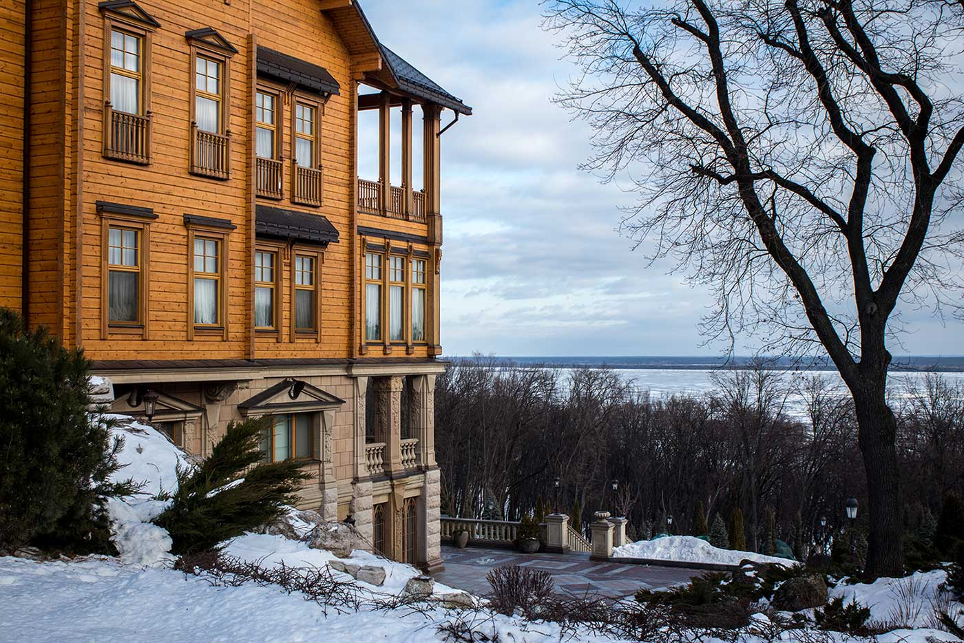 The Honka house at Mezhyhirya in January, with the River Dnieper beyond covered in thick ice.