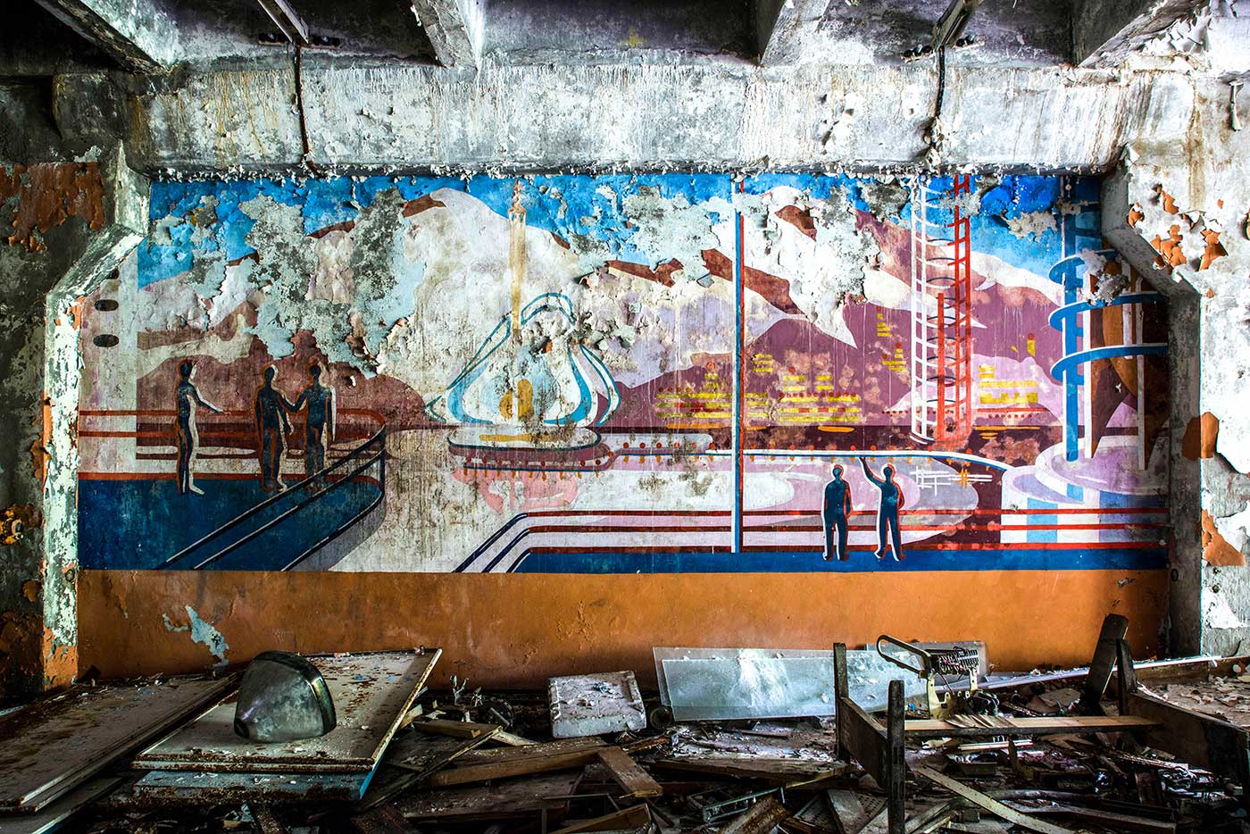 Another wall mural inside the control block of the Duga-1 radar station. This one seems to depict ordinary citizens, enjoying a peaceful life in a futuristic Soviet utopia.