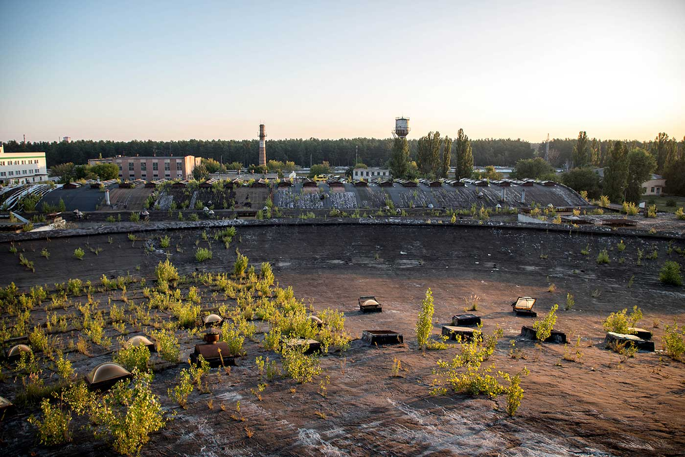 The building's roof was made from a tent of concrete panels, hung on top of a web of 84 steel cables. Autobus Park №7: the abandoned bus depot in Kyiv, Ukraine.
