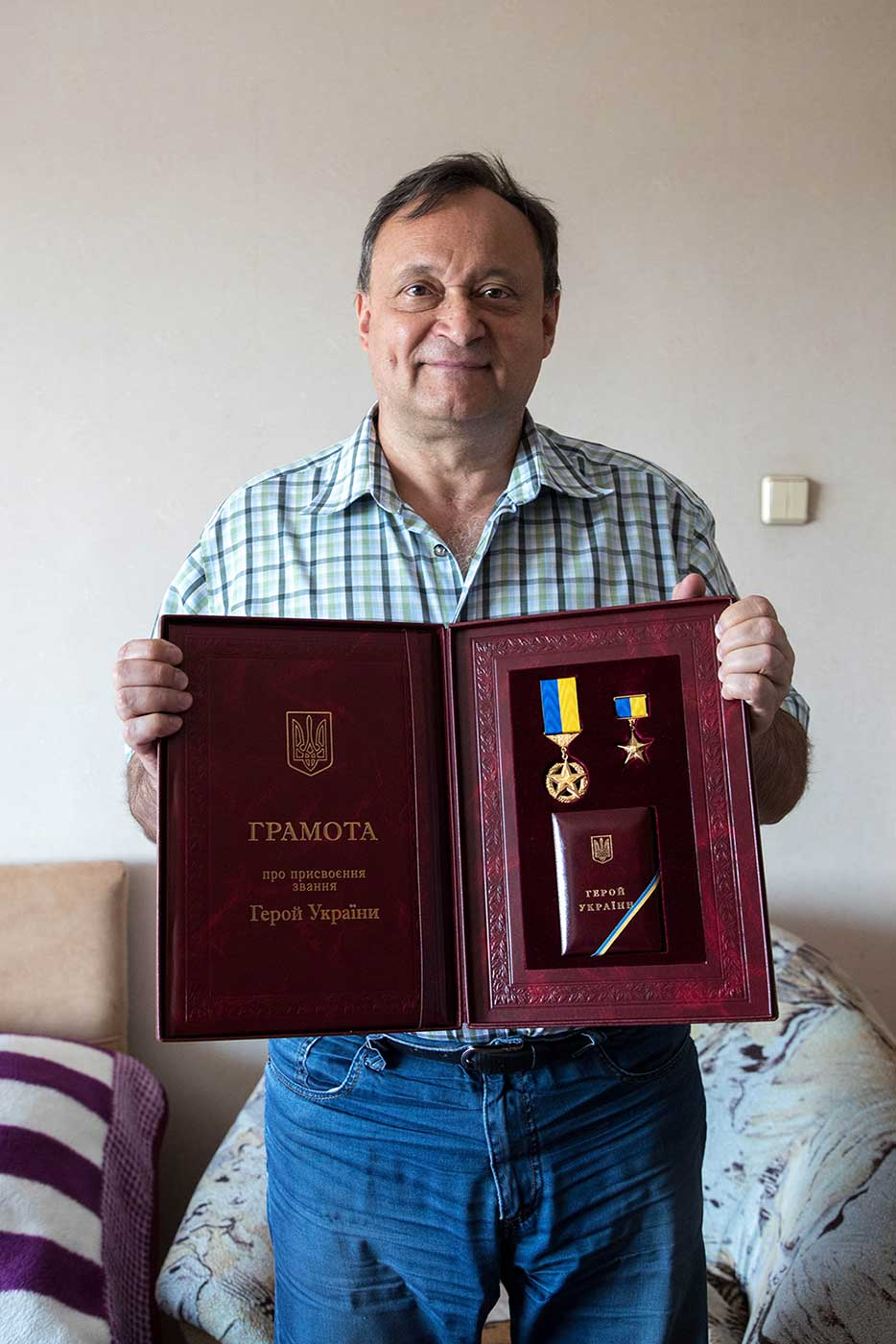 Alexei Ananenko presents the prestigious Hero of Ukraine award, given to him by President Volodymyr Zelenskyy in July 2019. Photograph taken at his home, two months later.